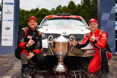 Ben-Searcy-and-Eli-Evans-finish-arch-trophy-credit-Wishart-Media